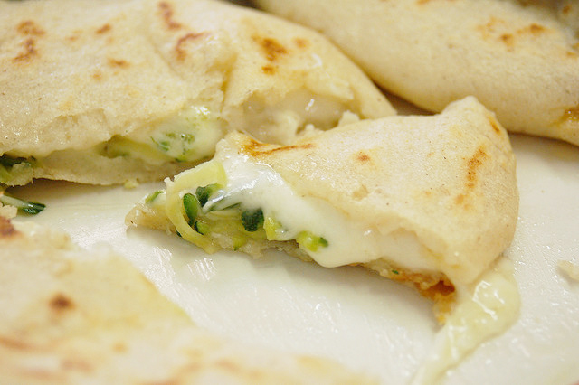 how to make pupusas de chicharron y queso